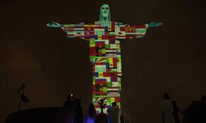 Κορονοϊός: Το άγαλμα του Χριστού στο Ρίο φωτίζεται με τις σημαίες των χωρών που τις «χτύπησε» ο ιός