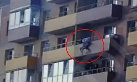 Η συγκλονιστική στιγμή που 15χρονη πέφτει από τον 14ο όροφο πολυκατοικίας (video)
