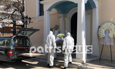 Κορονοϊός Ελλάδα: Με στολές και μάσκες στην κηδεία του πρώτου νεκρού - Σοκαριστικές εικόνες