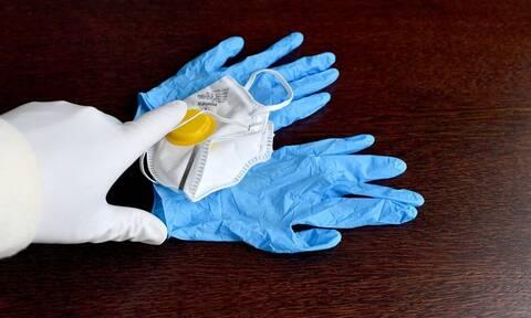 Προσοχή - Έτσι πρέπει να βγάζουμε τα γάντια για να προστατευτούμε από τους ιούς (vid)