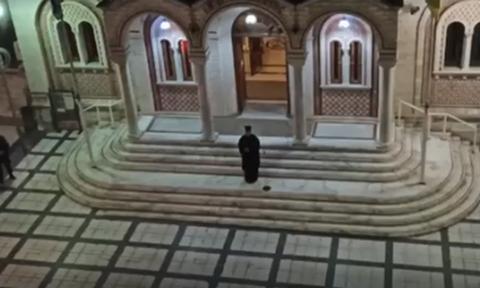 Κορονοϊός: Ιερέας έψαλλε «Τη Υπερμάχω» στο προαύλιο εκκλησίας συνοδεία πιστών από μπαλκόνια
