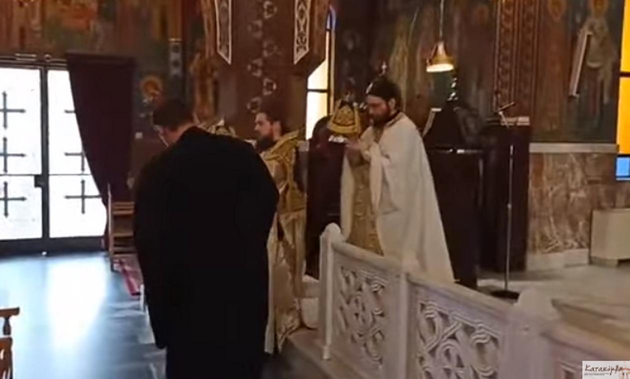 Ο Σωτήρης Τσιόδρας ψέλνει στην άδεια από πιστούς Εκκλησία (vid)