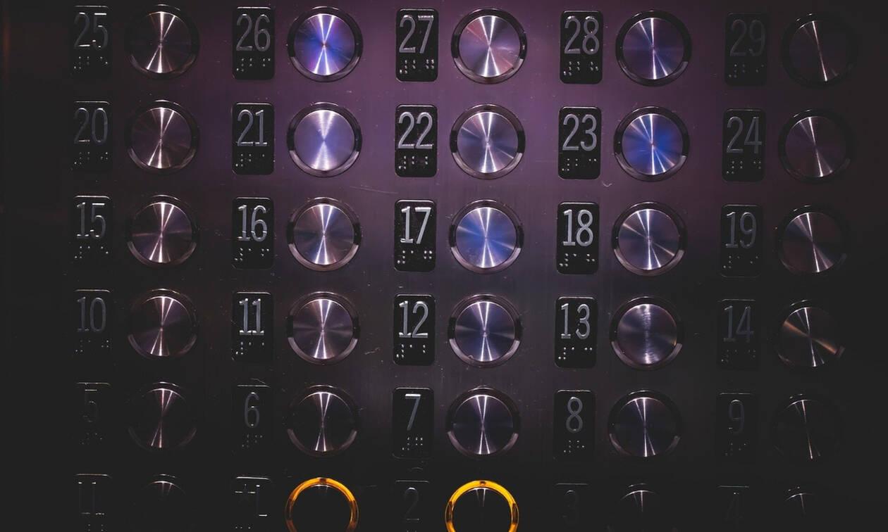 Κορονοϊός: Απίστευτη πατέντα για να μην πατάς με τα δάχτυλα το κουμπί του ασανσέρ (video)