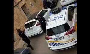Κορονοϊός Ισπανία: Αστυνομικοί τραγουδούν σε κατοίκους στην καραντίνα και γίνονται viral (vid)