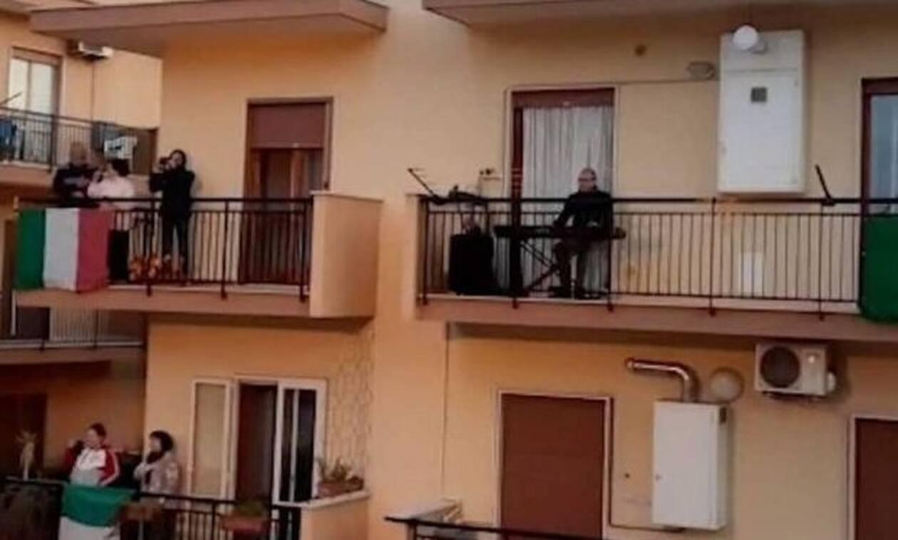 Ανατριχίλα: 300 Ιταλοί τραγουδούν τον Έθνικό Ύμνο στα μπαλκόνια τους!