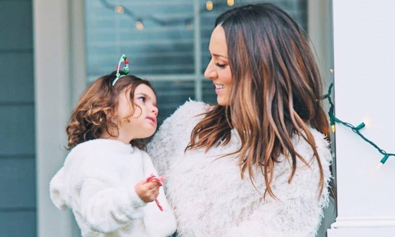 Το ποίημα της Καλομοίρας για την κόρη της που κάθε μαμά είναι καλό να πει στη δική της (pics)