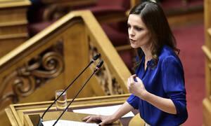 Αχτσιόγλου: Η κυβέρνηση θέσπισε δυνατότητα άμεσης περικοπής των μισθών στο 50%