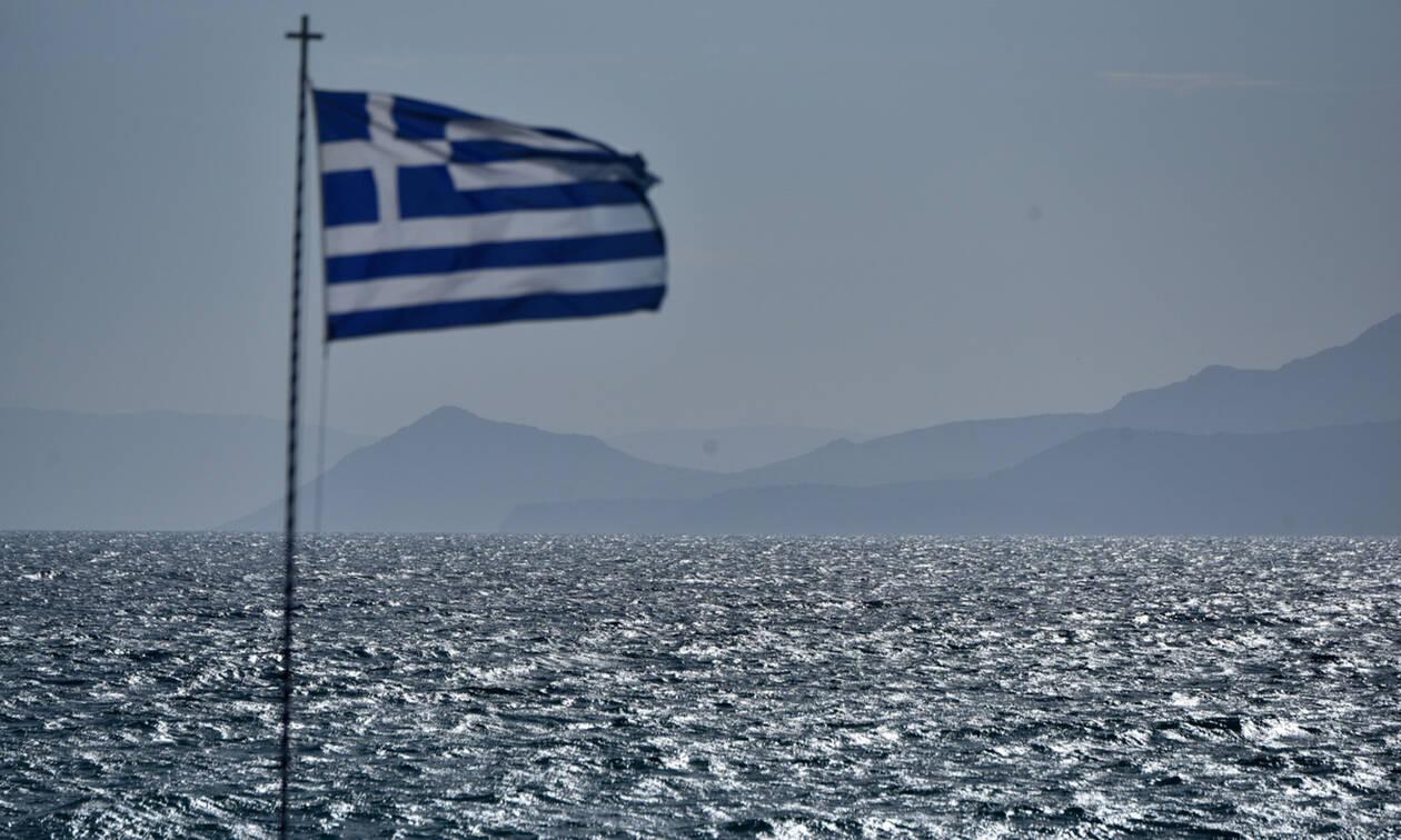 Η μεγαλύτερη ελληνική σημαία «σκέπασε» το Δημαρχείο Ελληνικού-Αργυρούπολης (videos)
