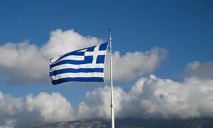 Σημαία ηλικίας άνω των 100 χρόνων κυματίζει σε μπαλκόνι της Θεσσαλονίκης