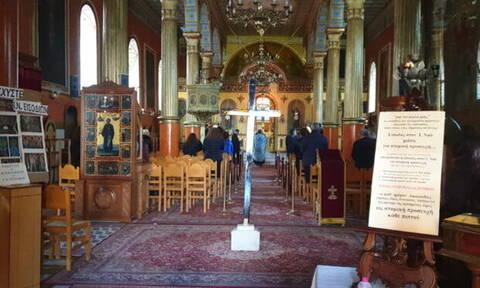 Πάτρα: Ιερέας τέλεσε λειτουργία παρά την απαγόρευση – Πιστοί επιτέθηκαν σε δημοσιογράφο