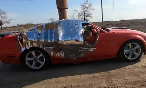 Ανοησία χωρίς όρια: Δέθηκε με ταινία πάνω σε μία Mustang και πήγε με 150 χλμ./ ώρα