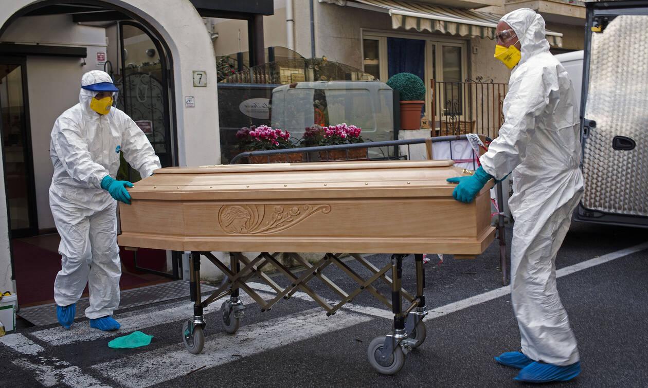Κορονοϊός Ιταλία: «Ραγίζουν» καρδιές οι εικόνες - Εκκλησία γεμάτη φέρετρα στο Μπέργκαμο