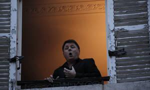 Κορονοϊός Γαλλία: Συγκινητικές εικόνες - Τενόρος δίνει συναυλίες από το μπαλκόνι του (pics - vid)