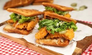 Συνταγή για πεντανόστιμα chicken waffle burger