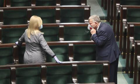 Κορονοϊός Πολωνία: Επιτράπηκε η επιστολική ψήφος στους πολίτες σε καραντίνα