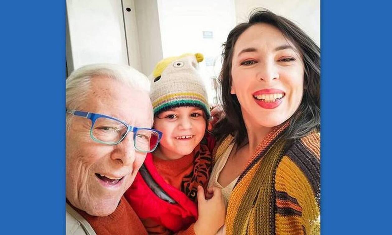 Αλίκη Κατσαβού: Συγκλονίζει! Ο μικρός Φοίβος κοιτά την κορνίζα και κρατά τα γυαλιά του μπαμπά του