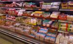 Αηδία: Έγλειψε τα προϊόντα σε σούπερ μάρκετ και κινδυνεύει με φυλάκιση (video)