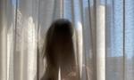 Πασίγνωστο μοντέλο ξεσήκωσε τους γείτονες με γυμνή φωτογραφία στο παράθυρο (photos)
