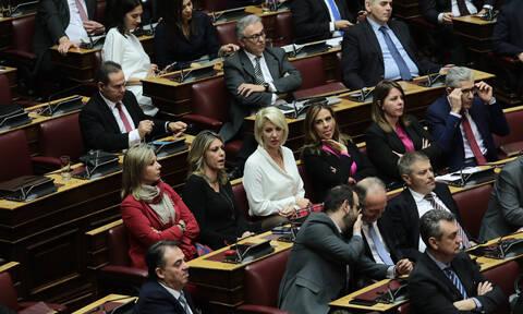 Κορονοϊός: Το SMS που έλαβαν βουλευτές και υπουργοί της ΝΔ για να προσφέρουν το 50% του μισθού τους