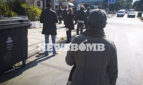 Κορονοϊός: Η απαγόρευση πήγε περίπατο - Συνωστισμός έξω από ΑΤΜ για τις συντάξεις
