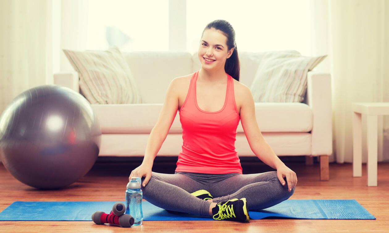 #Μένουμε_ σπίτι και γυμναζόμαστε: 15λεπτο πρόγραμμα γυμναστικής για όλο το σώμα (vid)