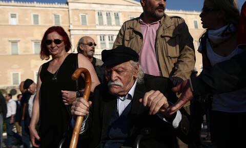 Μανώλης Γλέζος: Πώς «αποχαιρέτησαν» τον ιστορικό αγωνιστή της Αριστεράς στην Βουλή