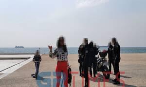Κορονοϊός – Θεσσαλονίκη: Γυναίκα τα «έβαλε» με αστυνομικούς στην παραλία - «Κότες» όσοι μένουν σπίτι
