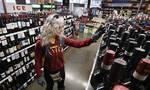 Τα περίεργα του κορονοϊού: Κρασί και μπύρα με δόσεις - Πού κυκλοφορούν μόνο γυναίκες τις Δευτέρες;