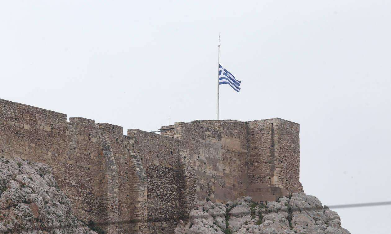 Μανώλης Γλέζος: Η Ακρόπολη αποχαιρέτησε τον ήρωά της – Μεσίστια η σημαία στον Ιερό Βράχο