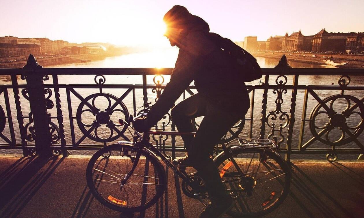 Πήγαν να κάνουν έλεγχο σε ποδηλάτη - Έμειναν με το στόμα ανοικτό μ' αυτό που έκανε! (pics+vid)