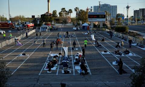 Κορονοϊός ΗΠΑ: Εικόνες ντροπής - Βάζουν άστεγους σε θέσεις πάρκινγκ