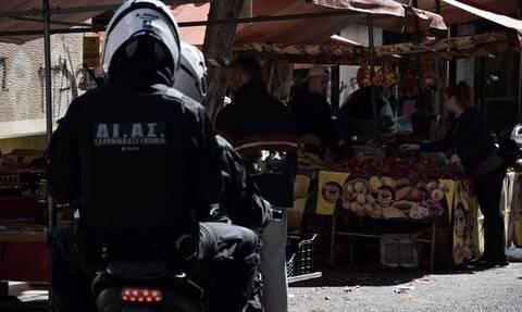 Κορονοϊός: 10ημερη αναστολή λειτουργίας σε 3 λαϊκές - Έρευνες για αισχροκέρδεια σε πρατήρια καυσίμων