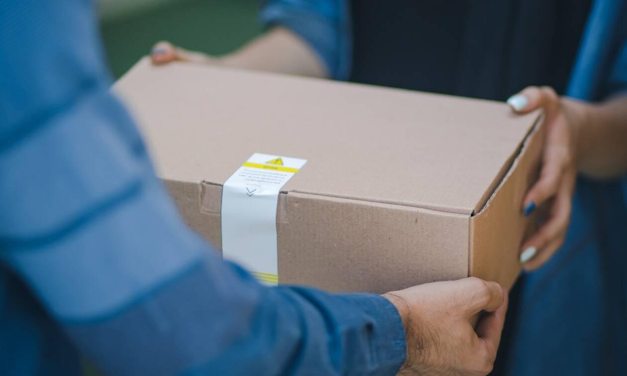 Οnline Shopping: Μπορούμε να κολλήσουμε κορονοϊό από τα πακέτα που έρχονται σπίτι μας; (video)