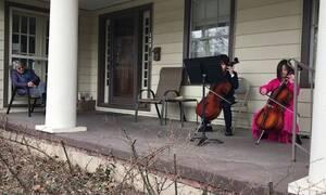Κορονοϊός: Aδέλφια παίζουν τσέλο για μια ηλικιωμένη γυναίκα που είναι μόνη της και γίνονται viral
