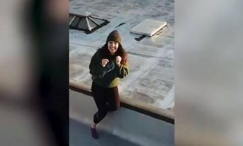 Κορονοϊός: Γείτονες βρήκαν τον τέλειο τρόπο να βγουν ραντεβού εν μέσω καραντίνας (vid)