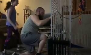 Ξεκίνησε να γυμνάζεται στο σπίτι - Η αντίδραση του παπαγάλου θα σας ξετρελάνει (vid)