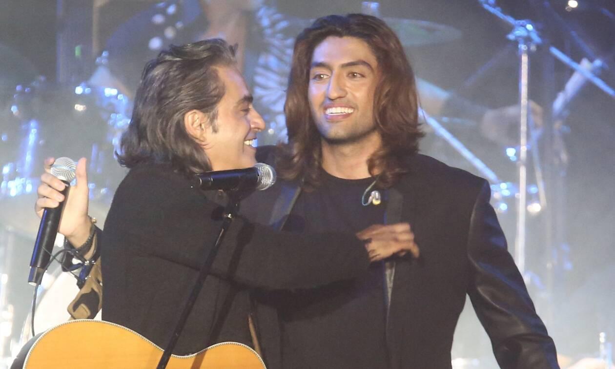 Ο Διονύσης Σχοινάς τραγουδάει το «Είμαι ακόμα παιδί» με τον γιο του 14 χρόνια μετά την πρώτη φορά