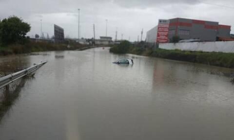 Κακοκαιρία – Παραλίγο τραγωδία στο Σχηματάρι: Αυτοκίνητο εγκλωβίστηκε στα νερά – Απίστευτες εικόνες
