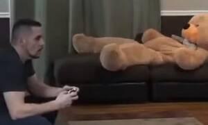 Έπαιζε μόνος του video games - Έπαθε σοκ μ' αυτό που έγινε μετά! (vid)