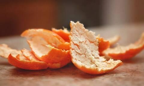 Έβαλε φλούδα πορτοκαλιού στα παπούτσια - Δεν φαντάζεστε τον λόγο (pics+vid)