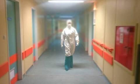 «Δεν δικαιούμαι τώρα να πτοηθώ»: Μια νοσηλεύτρια σε ειδική πτέρυγα του COVID-19 αποκαλύπτει