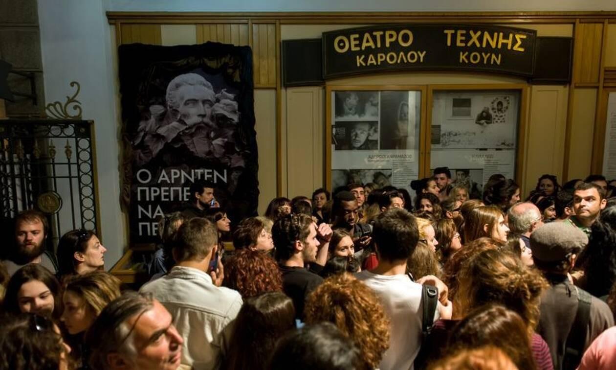 #menoumespiti: Σερφάροντας στο… θέατρο