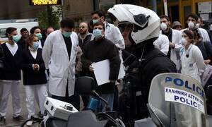 Ένταση στον «Ευαγγελισμό» μεταξύ αστυνομίας και εργαζομένων (vids)