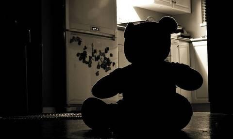 ΣΟΚ: Ξυλοκόπησε μέχρι θανάτου την 6χρονη κόρη του