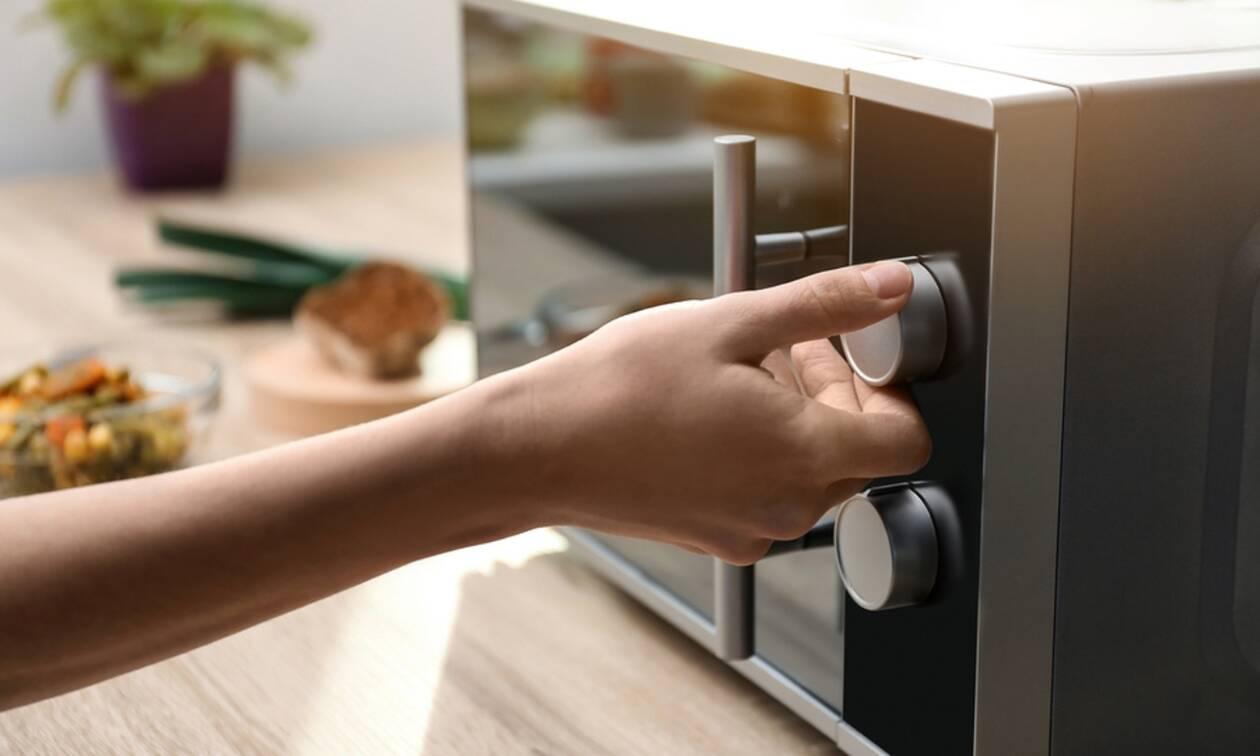 Τροφές που δεν πρέπει να βάζετε στον φούρνο μικροκυμάτων (εικόνες)