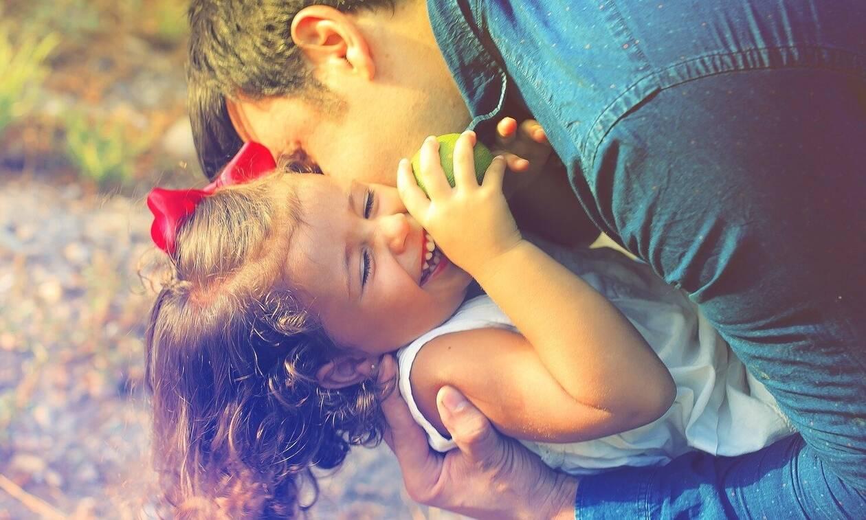Εννέα πράγματα που δεν πρέπει να απαγορεύουν οι γονείς στα παιδιά τους (vid)