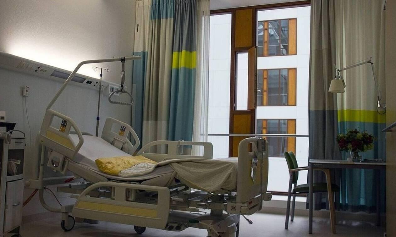 Κορονοϊός: Συγκλονιστική φωτογραφία - Η στιγμή της αποσωλήνωσης ασθενή στο Ασκληπιείο Βούλας