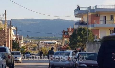 Συναγερμός στη Λαμία: Ανέβηκε στην ταράτσα κρατώντας μαχαίρι και απειλούσε τους πάντες (pics)