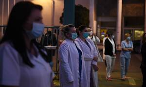 Κορονοϊός: Επίσημες οδηγίες για τις μάσκες - Τι πρέπει να κάνουν όσοι φροντίζουν ασθενείς
