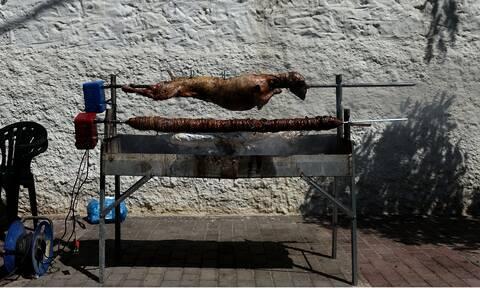 Ελληνική ψησταριά θα σουβλίσει αρνιά το Πάσχα και θα κάνει delivery! (vid)